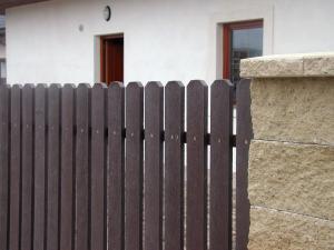 Plastové plotové dosky s trojhrannou hlavou